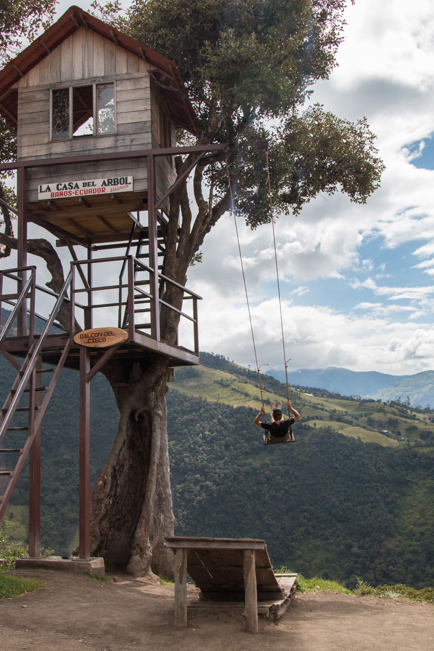 La Casa Del Arbol, playing on the 'swing at the edge of the world'